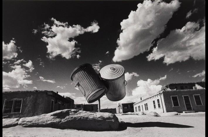 """""""Quand le temps s'est effacé #7. Deux poubelles, village amérindien, Nouveau Mexique. Etats-Unis 1972 (c) Ikko Narahara"""