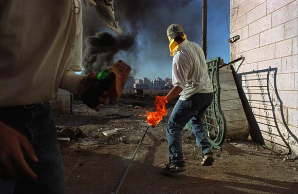 Ramallah, Cisjordanie, 2000. Un palestinien lançant des cocktails Molotov aux troupes de l'armée israélienne. Photographie James Nachtwey © Agence VII Photo