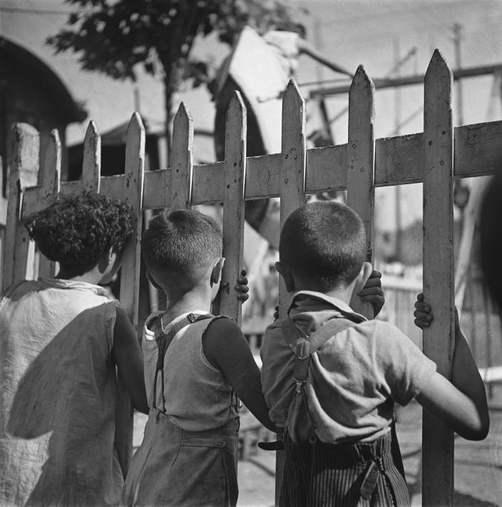 ID document 1669 Référence EF01505 Date 01/01/1935 Titre Fête foraine, les balançoires, à Marseille Copyright © Émeric Feher / Centre des monuments nationaux