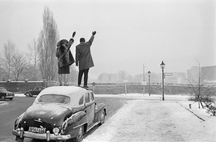 """Léon Herschtritt,  """"Sur le toît"""" Noël à Berlin, 1961 Tirage argentique de Philippe Salaün / © Léon Herschtritt / LA COLLECTION, service presse"""