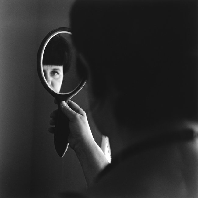 (c) Christopher Taylor Álfheiður tenant le miroir de sa grand-mère, Steinholt, Islande, 2014.