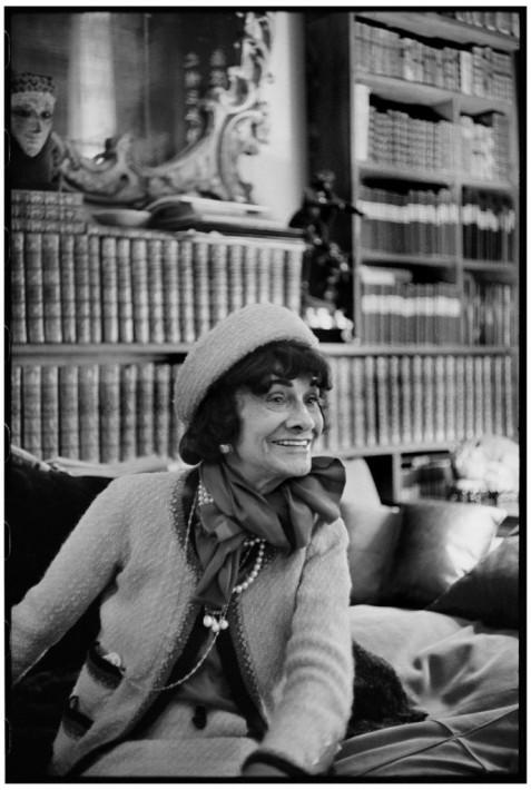 Coco Chanel dans son appartement