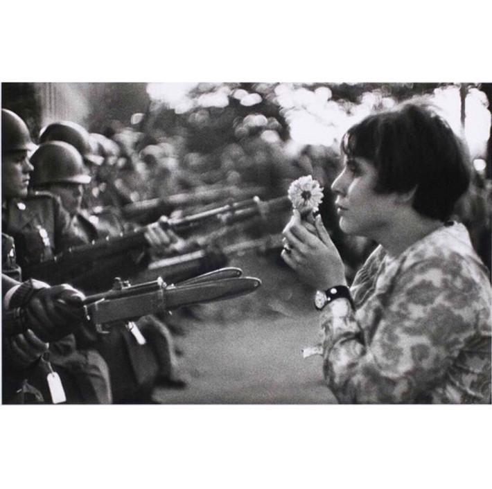 La jeune-fille à la fleur(c) Marc Riboud