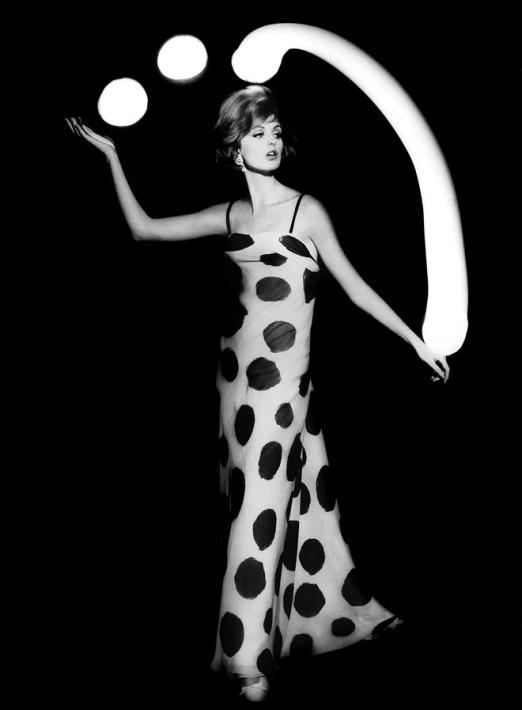 Dorothy juggling white light balls, Paris, 1962. © William Klein, courtesy Polka Galerie